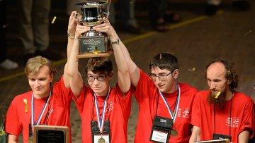 Победители чемпионата - команда Санкт-Петербургского государственного университета во время церемонии награждения победителей 38-го студенческого чемпионата мира по программированию