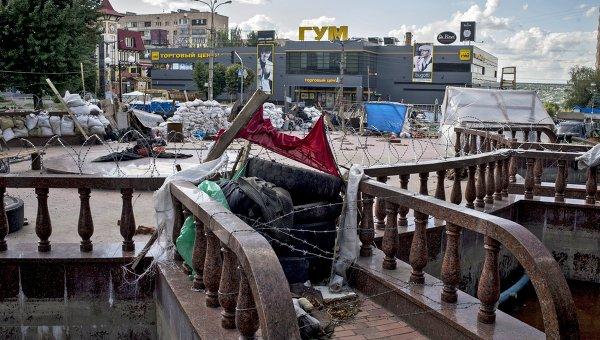 Баррикады и заграждения на улицах в Луганске. Архивное фото