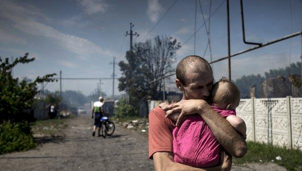 Местные жители в станице Луганская, подвегшейся авиационному удару вооруженных сил Украины
