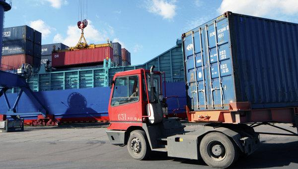 Погрузочно-разгрузочные работы в контейнерном терминале морского торгового порта. Архивное фото