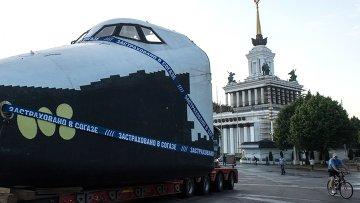 Транспортировка макета космического корабля Буран к павильону Космос на ВДНХ в Москве. Архивное фото
