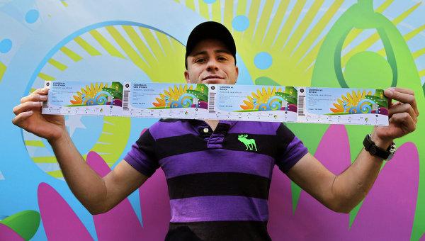 Болельщик демонстрирует купленные билеты. Архивное фото