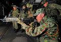 Тренировка японских военных на борту десантного корабля Peleliu ВМС США