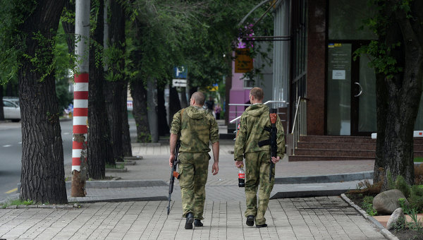 Ополченцы Донбасса на одной из улиц города Донецка. Архивное фото