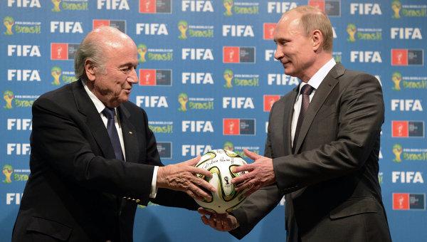 Президент России Владимир Путин (справа) и президент Международной федерации футбола (ФИФА) Йозеф Блаттер