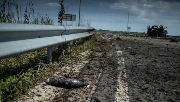 Неразорвавшийся снаряд на дороге в Луганской области, архивное фото