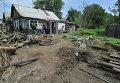 Воронка от попадания одного из фугасных снарядов на территорию частного жилого дома в городе Донецке Ростовской области