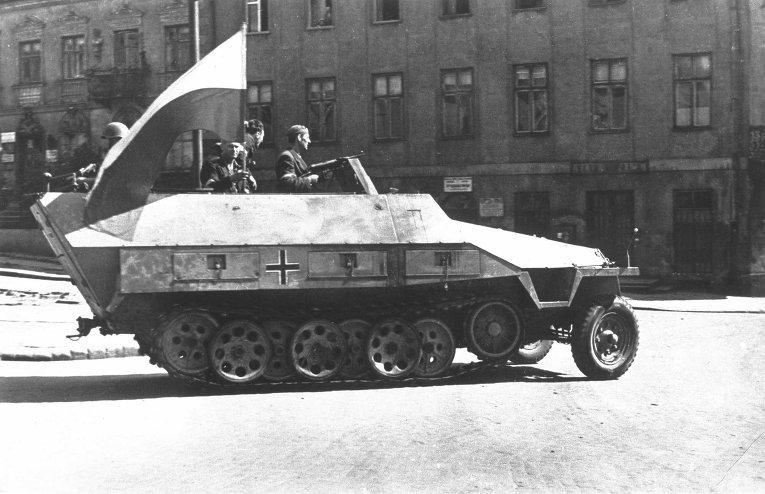 Захваченная польскими повстанцами бронемашина вермахта. Варшавское восстание 1944