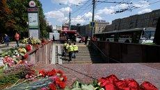 Цветы у входа на станцию метро в Москве, где произошло ЧП. Архивное фото