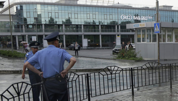 Милиция возле железнодорожного вокзала в Донецке. Архивное фото