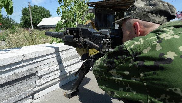 Ополченец на территории Восточной Украины. Архивное фото