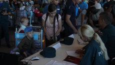 Борт МЧС с переселенцами из Украины прилетел в Москву. Кадры из Домодедово