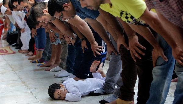 Верующие на праздничном молебне в честь окончания поста Рамадан в Каире, Египет. Архивное фото