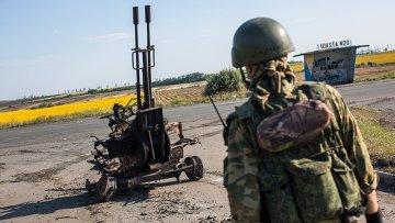 Боец народного ополчения возле сгоревшей зенитной установки ЗУ-232 украинской армии. Архивное фото