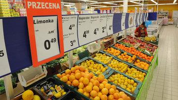 Овощи и фрукты в продуктовом магазине в Польше. Архивное фото