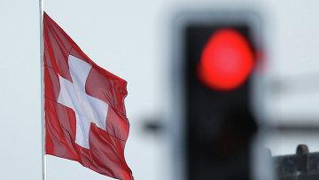 Флаг Швейцарии на фоне красного сигнала светофора