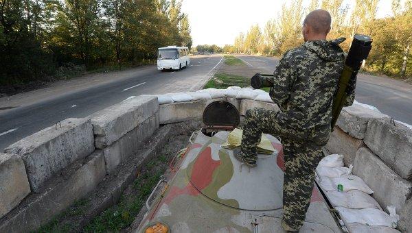 Боец народного ополчения на блокпосту на окраине Горловки. Архивное фото