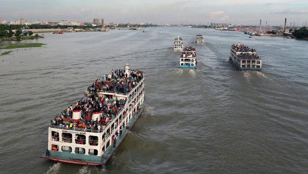 Паромы на реке в Дакке, Бангладеш. Архивное фото