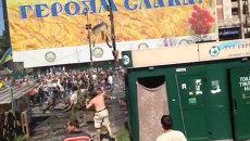 Митингующие забросали украинских силовиков камнями. Кадры из Киева