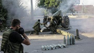 Ополченцы стреляют из гаубиц по позициям противника. Архивное фото