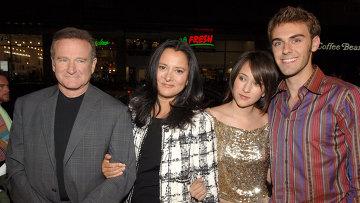 Американский актер Робин Уильямс с семьей. Архивное фото