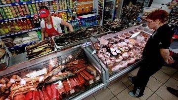 Женщина рассматривает рыбную продукцию в магазине. Архивное фото