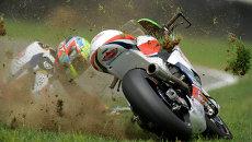 Мотоциклист падает  во время гонки. Архивное фото