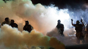 Полиция во время акции протеста в городе Фергюсон, штат Миссури