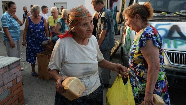 Жители Иловайска разбирают хлеб. Архивное фото