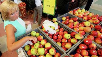 Яблоки в магазине в Варшаве