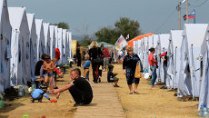Беженцы во временном палаточном лагере в Ростовской области