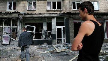 Местные жители у разрушенных в результате обстрела силовиками домов в Макеевке, Украина