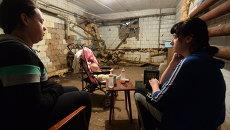 Жильцы дома в подвале во время обстрела города украинской армией в Донецке. Архивное фото