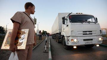 Машины с помощью для Украины у КПП Донецк. Архивное фото