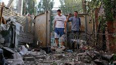 Жители Донецка во дворе жилого дома после обстрела