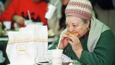 Пожилая женщина посетитель ресторана Макдональдс в Москве, 1990 год