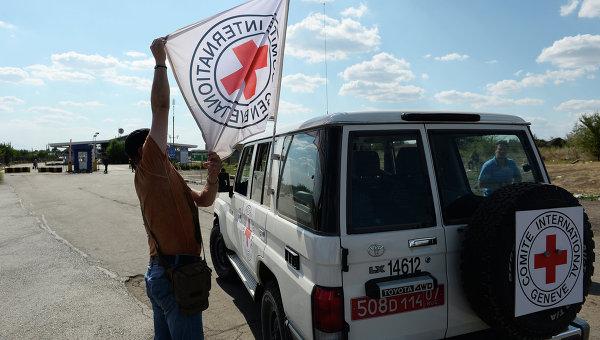 Автомобиль Красного Креста, который сопровождает колонну автомобилей КамАЗ с гуманитарной помощью для жителей юго-востока Украины, на КПП Донецк. Архивное фото