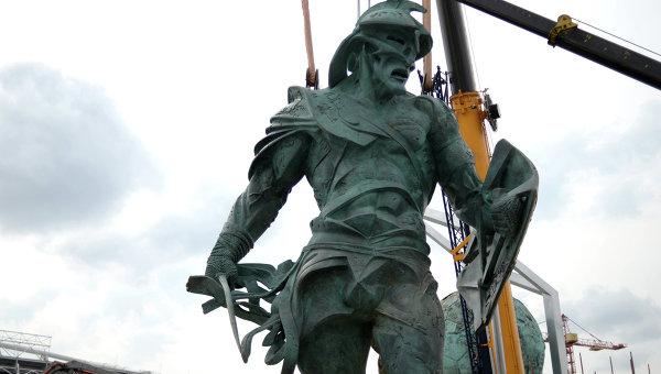 Установка скульптуры гладиатора у северной трибуны стадиона Спартак