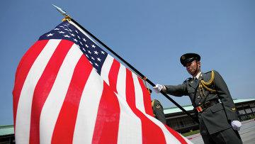 Японский солдат держит флаг США