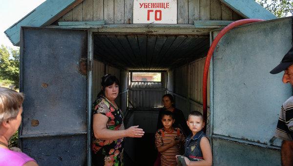 Местные жители у входа в бомбоубежище в Петровском районе Донецка. 26 августа 2014