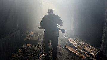 Ополченец ДНР на рынке в Донецке после обстрела. Архивное фото