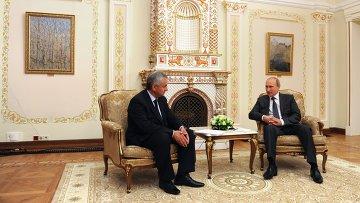Новоизбранный президент Абхазии Рауль Хаджимба и Президент России Владимир Путин (справа)