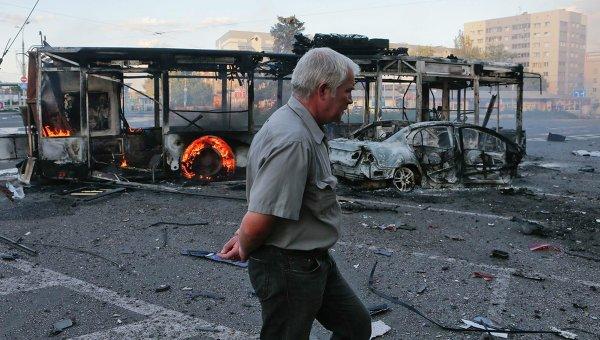 Сгоревший автобус у старого здания вокзала в Донецке. Архивное фото.