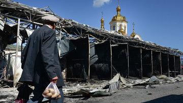 Житель на одной из улиц Донецка. Архивное фото