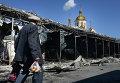 Житель на одной из улиц Донецка