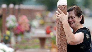 Женщина плачет на мемориальном кладбище Город ангелов в Беслане. Архивное фото