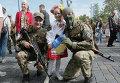 Украинские добровольцы перед отправкой в зону боевых действий на Восточной Украине