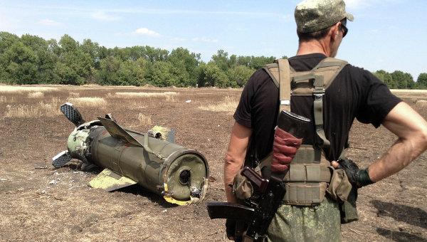 Ополченец Донецкой народной республики (ДНР) у ракеты Точка-У. Архивное фото