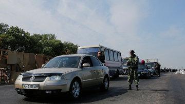 Боец народного ополчения на одном из КПП близ Донецка. Архивное фото