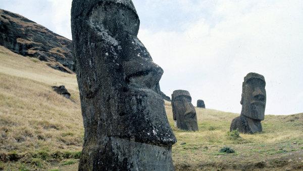 Памятники древнейшего полинезийского искусства - каменные изваяния - моаи. остров Пасхи. Архивное фото